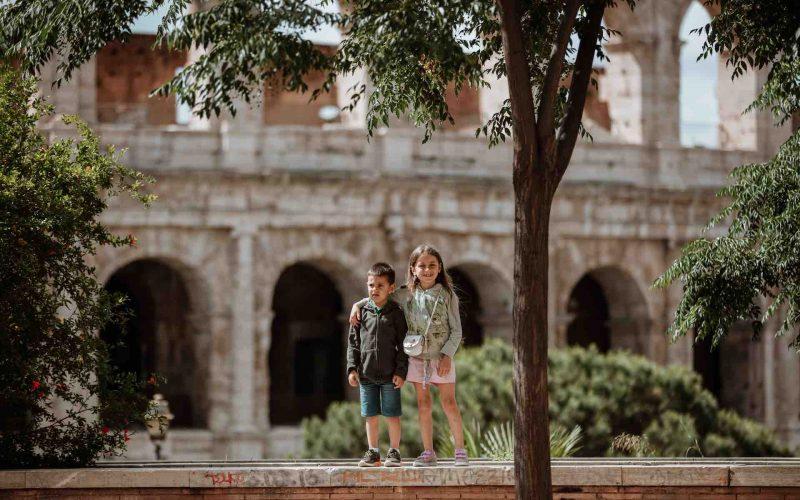 Niños fuera del Coliseo